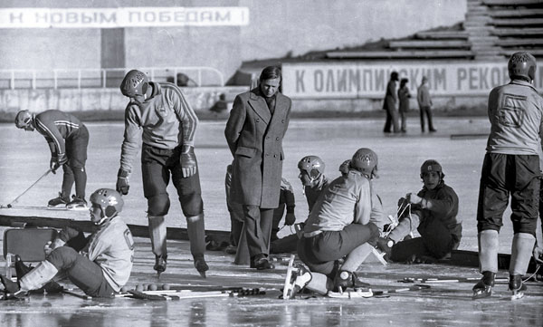 Перед матчем. В центре – старший тренер «Локомотива»  Виктор Елизаров