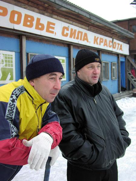 18 ноября 2003 года. Михаил Ни- китин вместе с Сергеем Лихачё- вым наблюдает за тренировкой