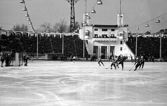 """До середины 80-х годов прошлого века перед стартом хоккейного сезона на стадионе """"Труд"""" монтировалась подвесная система электроосвещения, чтобы матчи можно было проводить в вечернее время. К футбольному сезону её, наоборот, снимали. Железобетонные  столбы, на которых она крепилась, очень мешавшие обзору с трибун, «ушли» со стадиона лишь после того как к турниру на призы газеты «Советская Россия» 1986 года за пределами спортивной арены были смонтированы новые мачты освещения"""