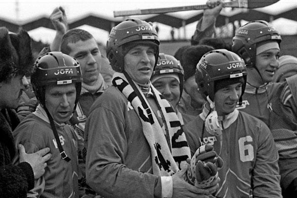 12 марта 1995 года. Хоккеисты «Сибсканы» перед награждением  бронзовыми медалями чемпионата России