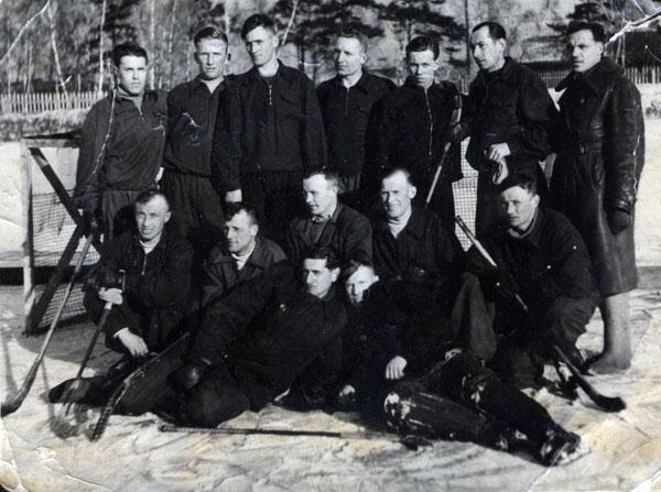 «Локомотив» образца 1948 года. То самое фото из архива Леонида  Князькова. Александр Князьков (лежит справа), Николай Джурук (сто- ит третий справа), Алексей Чернокевич (стоит второй справа), Григорий Израильский (сидит первый справа)