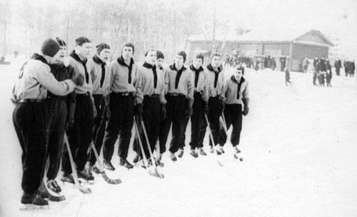 1960 год. Стадион «Локомотив». Иркутяне приветствуют команду соперника перед матчем