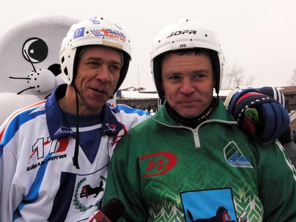 Василий Карелин (справа) и Александр Шишкин во время церемонии  проводов из хоккея
