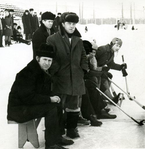 Станислав Эйсбруннер стоит (справа) на хоккее