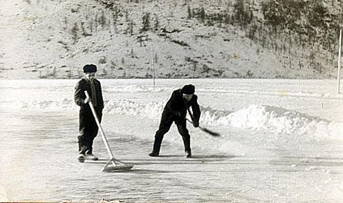 Расчистка льда на озере в сезоне-1956/57
