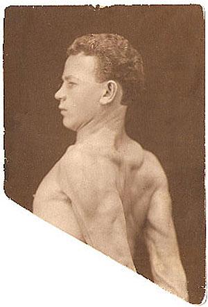 Обрезанная  фотография  начала  30-х годов.  Его  рукой  на обороте написано «Юноша 19 лет. Был здоров, энергичен и крепок»