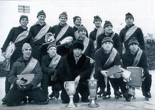 Свердловский СКА – чемпион СССР 1962 года. Юрий Школьный – сидит первый слева, Олег Катин –  стоит второй слева