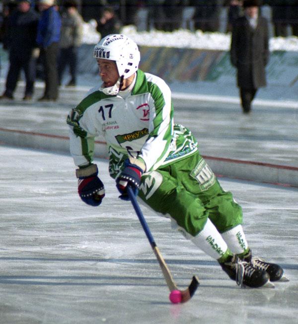 С мячом Александр Шишкин. 2003 год