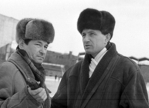1995 год. Первое интервью после награждения «Сибсканы» бронзо- выми медалями – журналисту «Восточно-Сибирской правды» Павлу  Кушкину (слева)
