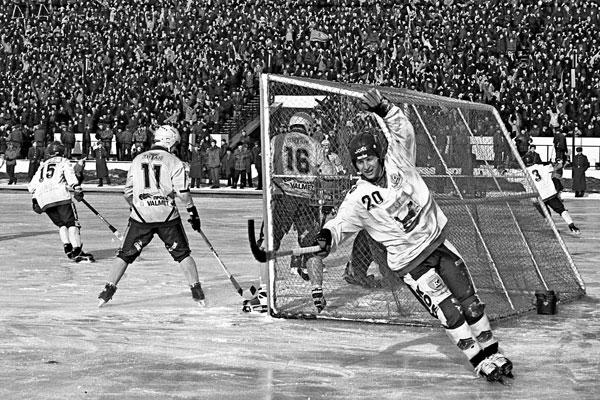 11 марта 1998 года. «Сибскана» – «Водник» – 3:3.  Евгений Гришин радуется первому голу, забитому Виктором Захаровым