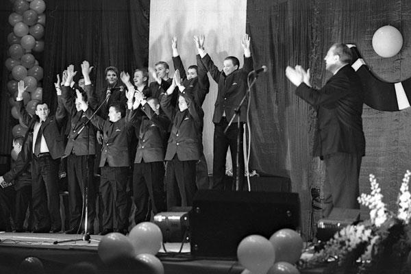 На торжественном вечере чествования «Сибсканы», серебряного призёра чемпионата России. Команду поздравляет губернатор области  Борис Говорин (справа)