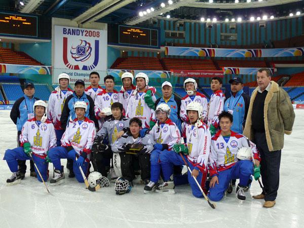 2 февраля 2008 года. Москва, спорткомплекс «Олимпийский», чемпионат мира. Евгений Выборов (стоит  крайний справа) со сборной Монголии