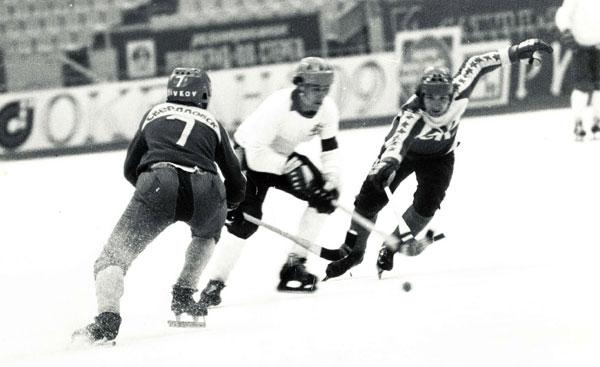 Таким он был в игре. Валерий Эйхвальд (справа) в матче против мо- сковского «Динамо»