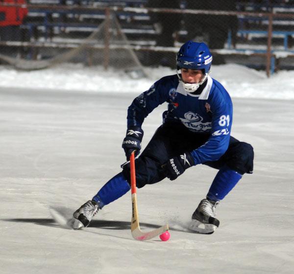 В  игре  воспитанник  иркутско- го  хоккея  Нурмамед  Шафиев,  первый  в  истории  азербайджа- нец, получивший звание мастера  спорта России по хоккею с мячом