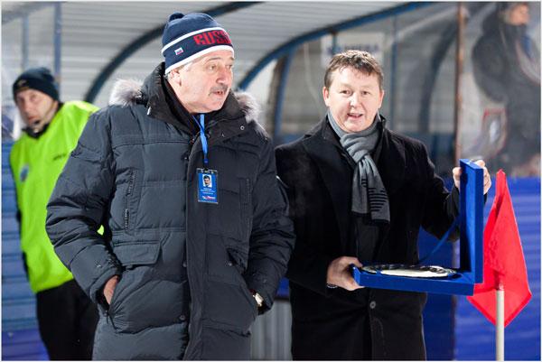 Василий Донских вручает Якову Воронову приз лучшего комментатора  сезона 2011/12 гг.