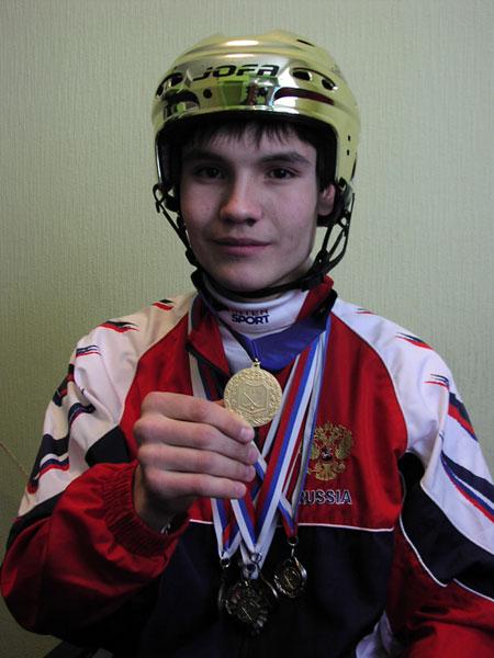 Ещё одно золото 2005 года. Вик- тор Черных – победитель первен- ства  мира  среди  юношей  и  об- ладатель  «Золотого  шлема»  как  лучший игрок турнира