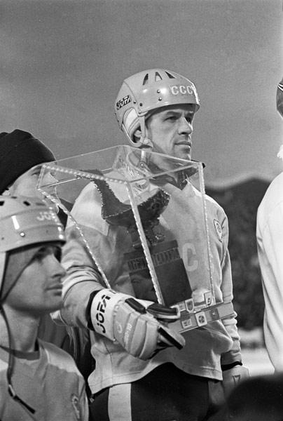 Капитан советской сборной  Владимир Плавунов  с главным призом турнира