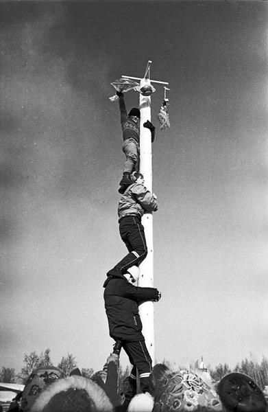 Норвежцы всей командой штурмуют в Тальцах столб с призами