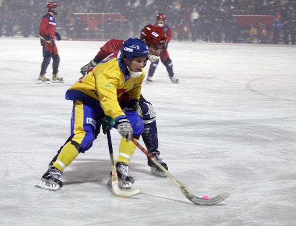 9 декабря 2006 года. Швеция – Норвегия – 13:2.  В борьбе за мяч Юхан Андерссон и Кристиан Ваалер