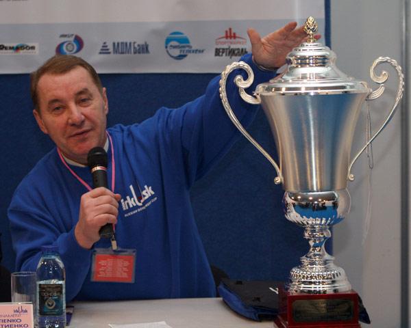Директор  турнира  Владимир  Матиенко  представляет  журналистам  главный приз