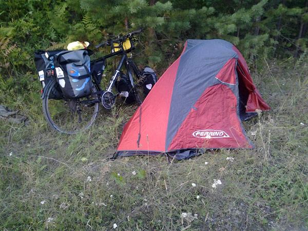Одноместная палатка стала на 40 дней домом для болельщика-путешественника