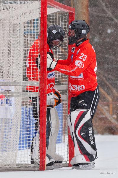 Удачи, коллега! Вратари «Байкал- Энергии» Денис Рысев и Олег Токарев перед матчем