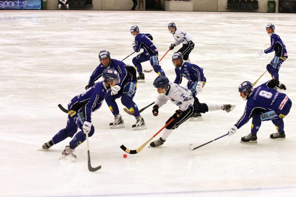 Хоккеисты «Виллы» встречают Павла Дубовика на подступах к штрафной