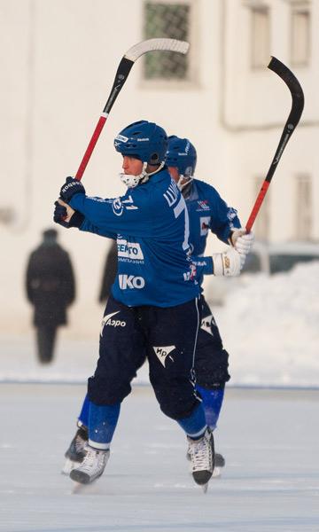 Максим Ширяев  пробивает угловой