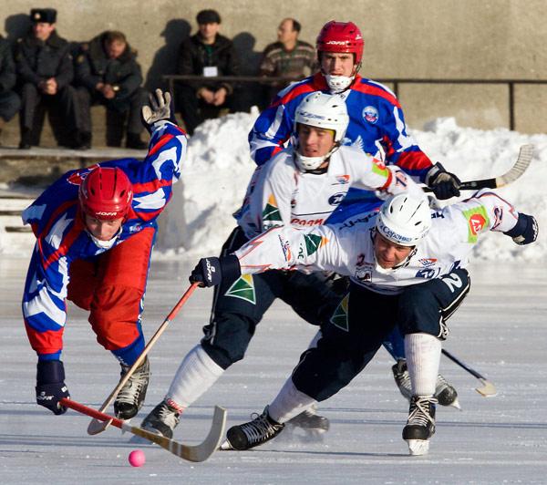 9 декабря 2006 года. Россия – «Байкал» – 7:3.  Дмитрий Соколов в борьбе за мяч с Денисом Криушенковым