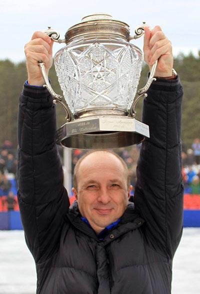Евгений Ерахтин впервые в своей  спортивной карьере держит в руках  Кубок России